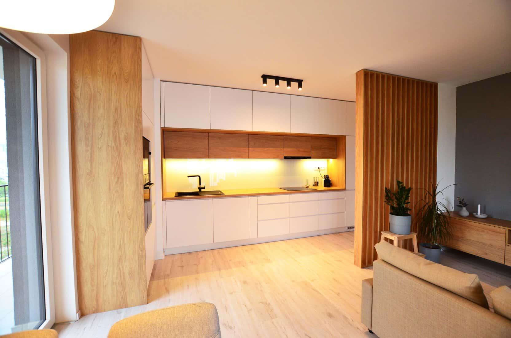 Kuchyna-drevena-stena-namieru